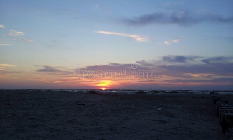 Coucher du soleil par la mer baltique images libres de droits