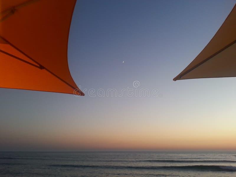 Coucher du soleil par la mer chez le Portugal photo stock