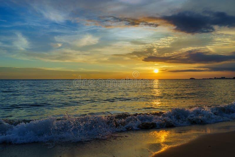 Coucher du soleil par la plage image libre de droits