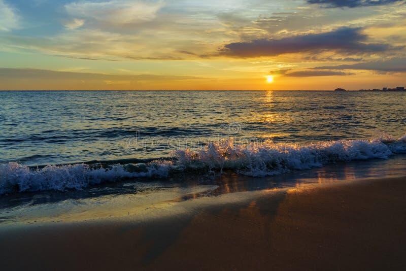Coucher du soleil par la plage photo stock