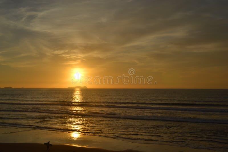 Coucher du soleil par la plage photographie stock libre de droits
