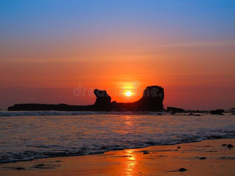 Coucher du soleil par la roche incurvée dans le slavador d'EL photo stock