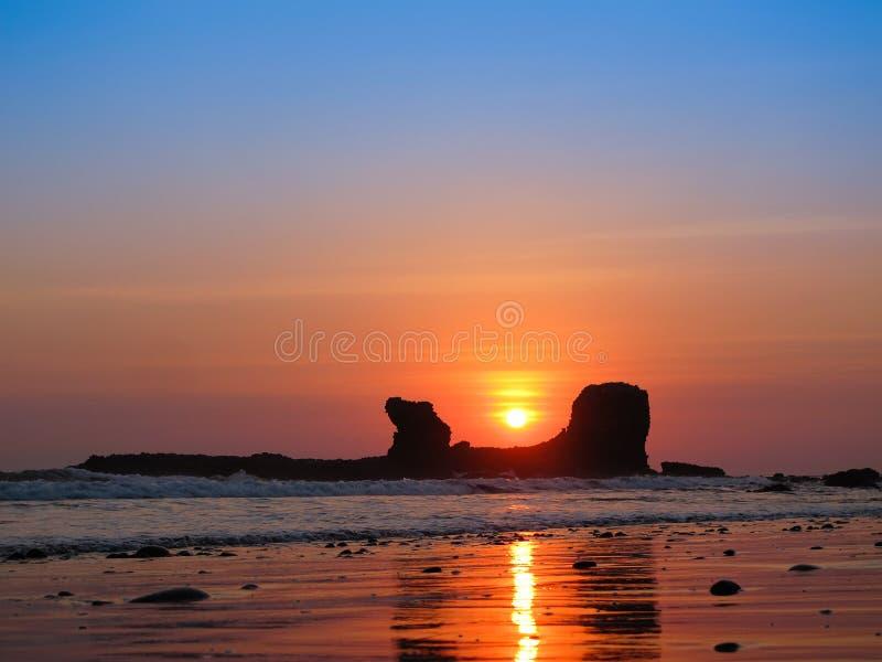 Coucher du soleil par la roche incurvée dans le slavador d'EL photos libres de droits