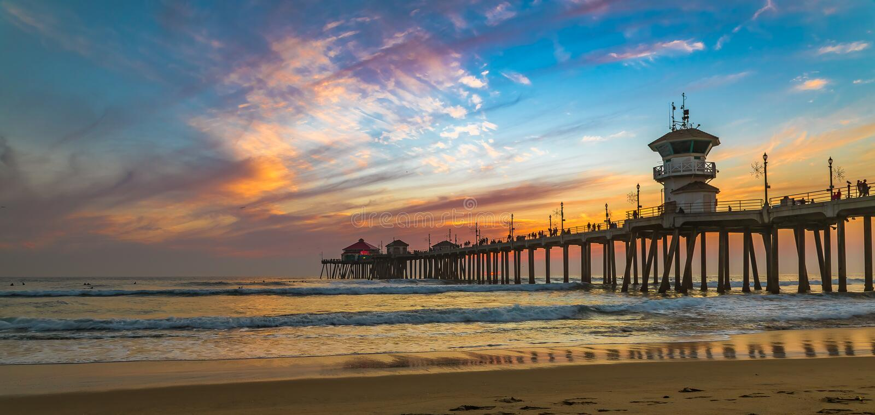 Coucher du soleil par le pilier de Huntington Beach en Californie photographie stock