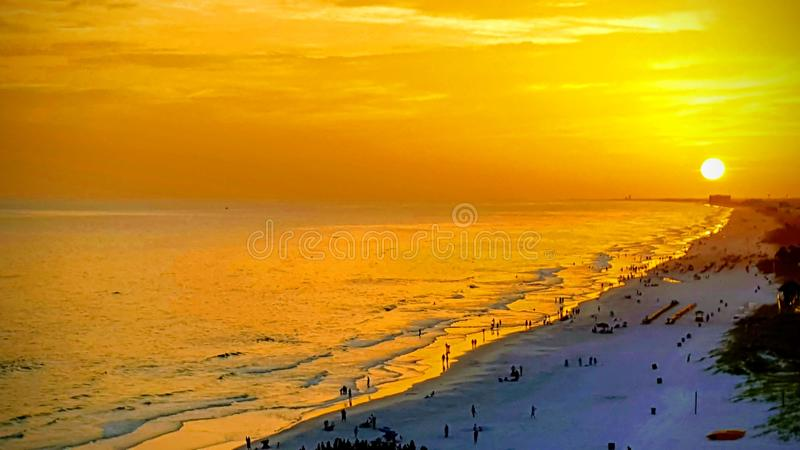 Coucher du soleil parfait sur la plage de Panamá City, FL image libre de droits