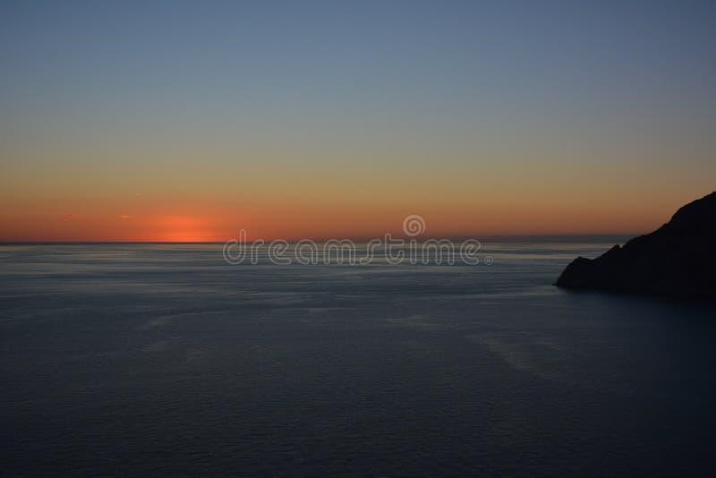 Coucher du soleil passé au-dessus de mer photos stock