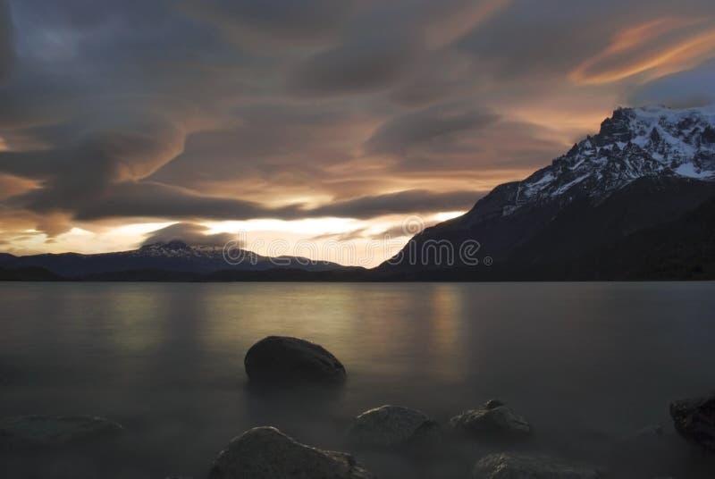 Coucher du soleil Patagonian au-dessus de nordenskjöld de lago photo libre de droits