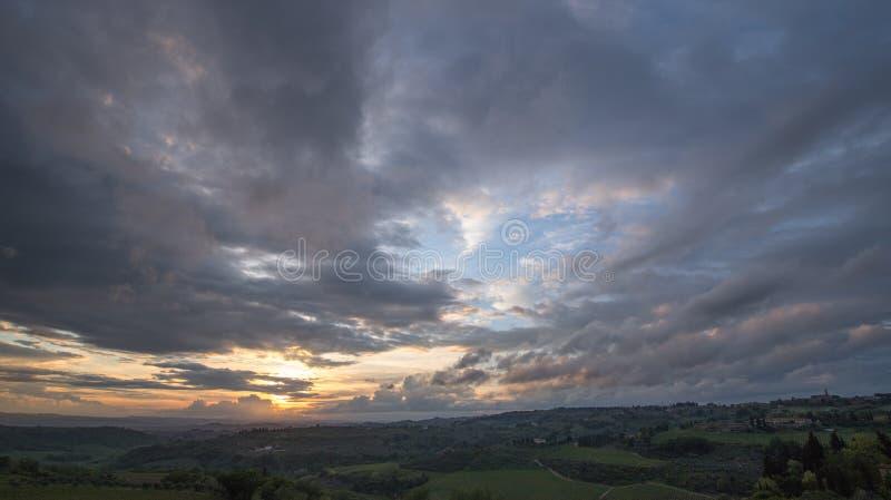 Coucher du soleil Paysage de la Toscane : collines, fermes, oliviers, cypr?s, vignobles Les collines du chianti au sud de Florenc photos stock