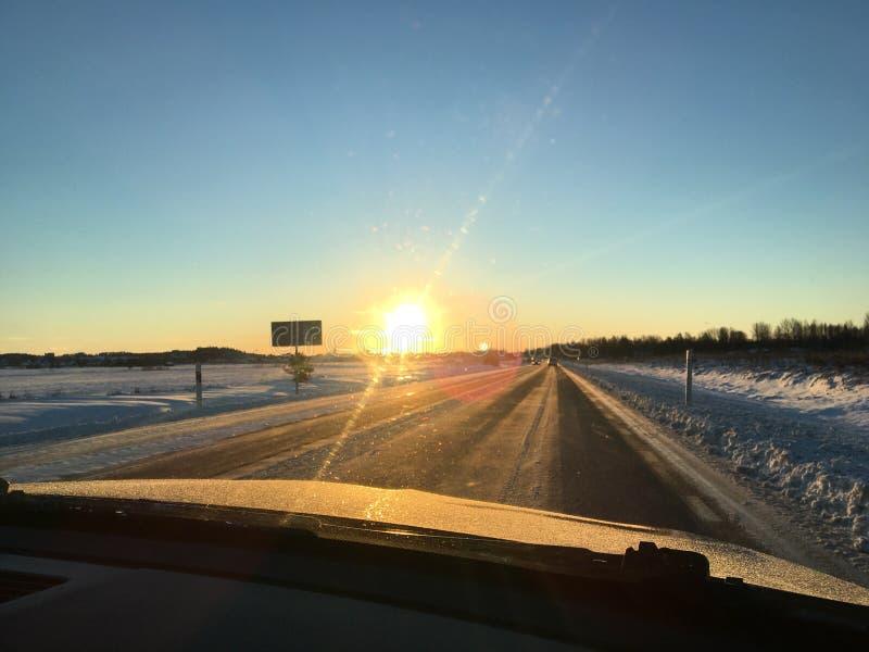 Coucher du soleil pendant l'hiver suédois photographie stock libre de droits