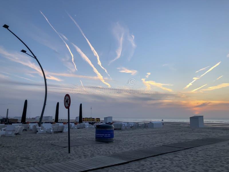 Coucher du soleil pittoresque sur la plage de mer image stock