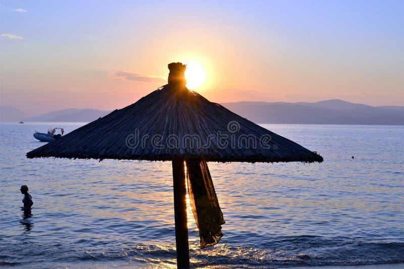 Coucher du soleil, plage d'AG Eleni, Skiathos, Grèce photos libres de droits