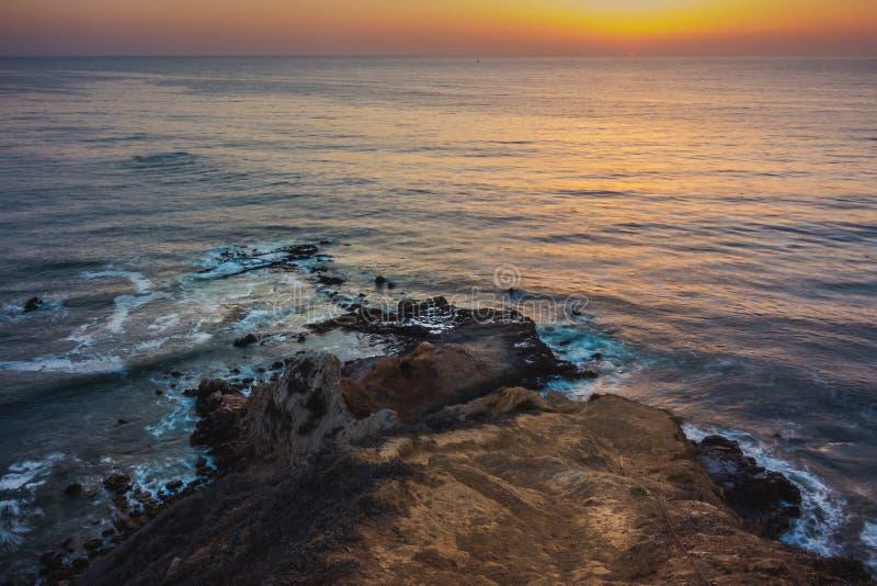 Coucher du soleil plat de point de roche photos stock