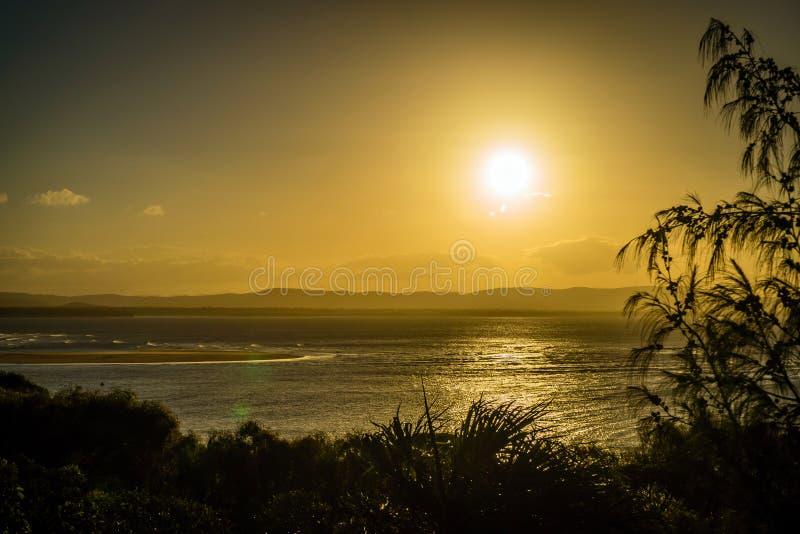 Coucher du soleil plus de baie dix-sept soixante-dix 1770 dans l'Australie du Queensland images libres de droits