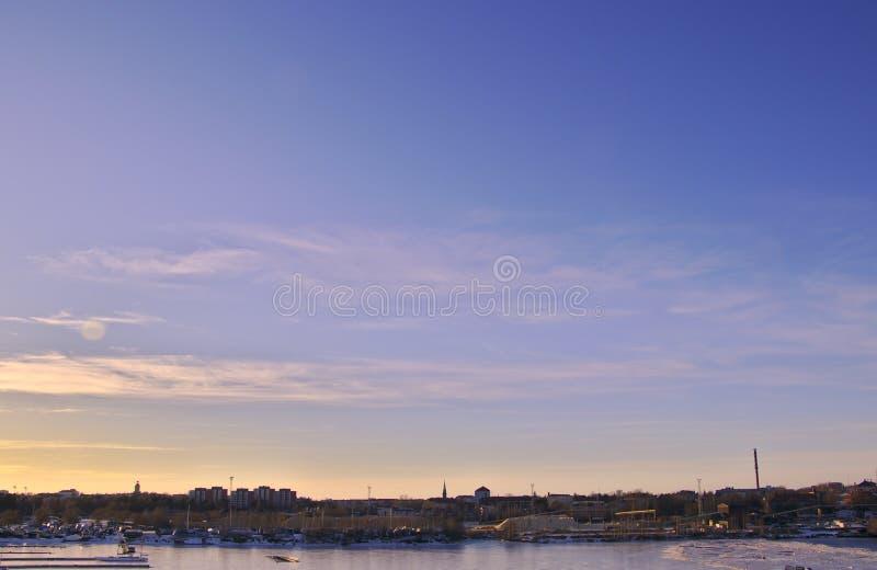 Coucher du soleil pourpre au-dessus de port industriel image stock
