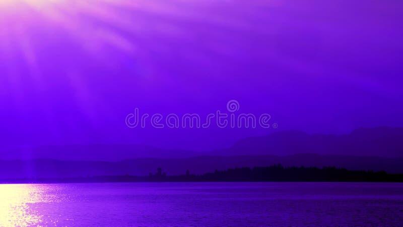 Coucher du soleil pourpre chez Sirmione sur le policier de lac en Italie photographie stock libre de droits