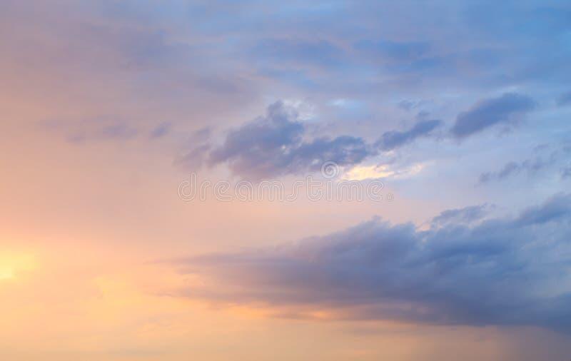 Coucher du soleil pourpre pendant la pluie images libres de droits