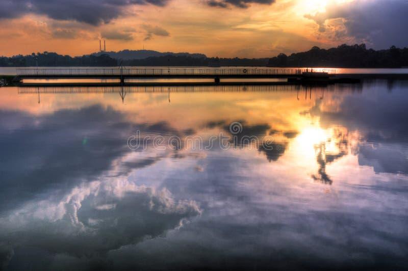 Coucher du soleil pourpre reflété dans le réservoir photographie stock