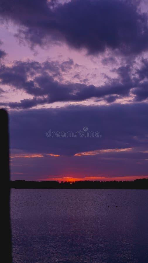 Coucher du soleil pourpre violet, surface de la Mer Noire sous le ciel images libres de droits