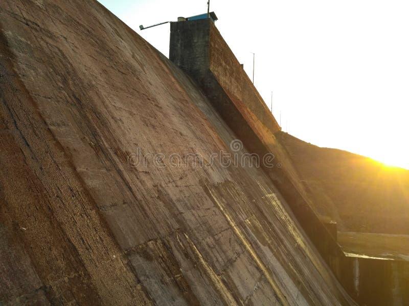 Coucher du soleil près de mur de barrage image stock