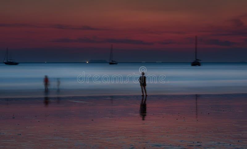 Coucher du soleil près de plage, Koh Lanta Island - Krabi - Thaïlande image stock