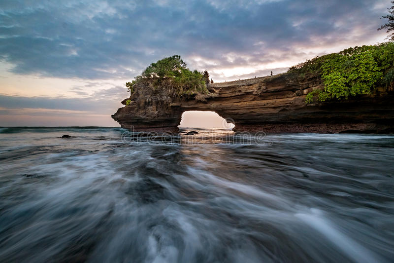 Coucher du soleil près de point de repère de touristes célèbre d'île de Bali - temple de sort et de Batu Bolong de Tanah photographie stock libre de droits
