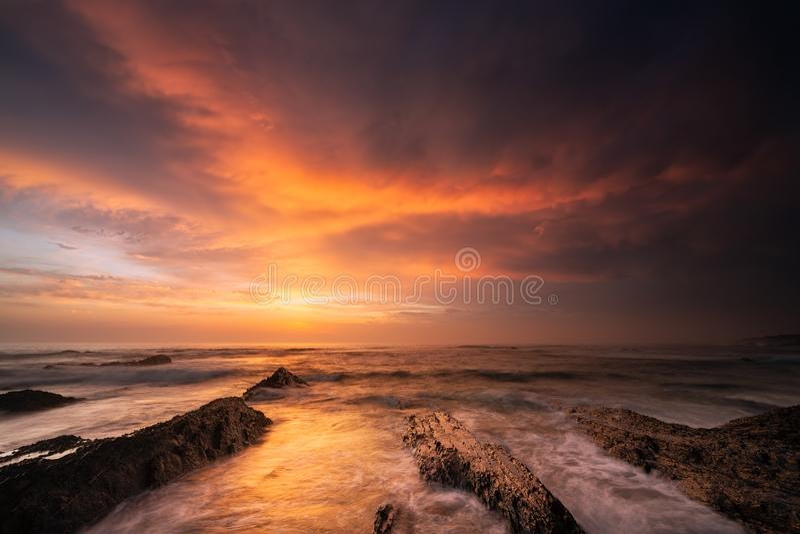 Coucher du soleil puissant avec un ciel dramatique dans la région l'Alentejo, Portugal photo libre de droits