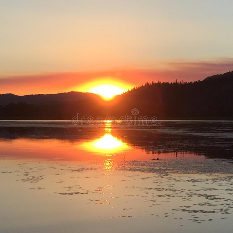 Coucher du soleil réfléchi sur le lac photo stock