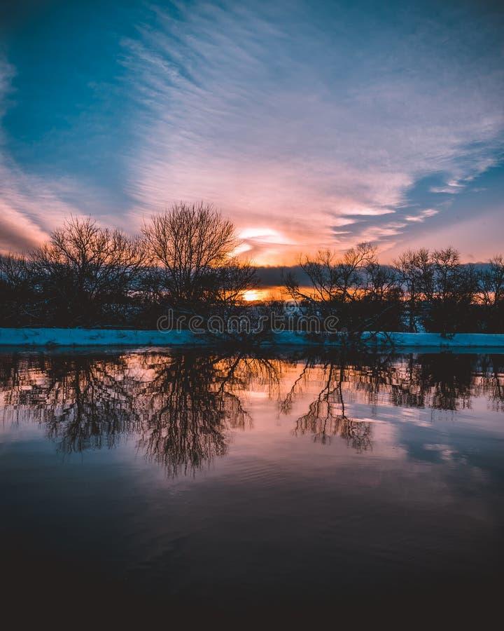Coucher du soleil réfléchissant sur l'étang photographie stock