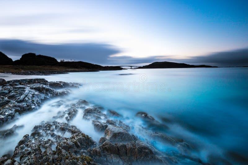 Coucher du soleil rêveur en Norvège du nord photographie stock libre de droits