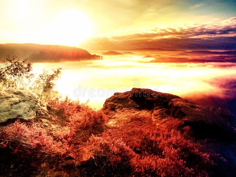 Coucher du soleil rêveur fantastique sur la montagne rocheuse avec la vue dans égaliser la vallée automnale photos stock