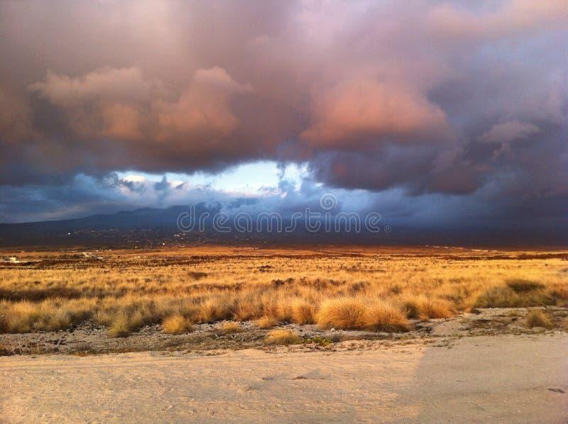 Coucher du soleil regardant vers la montagne sur la grande île Hawaï photos stock