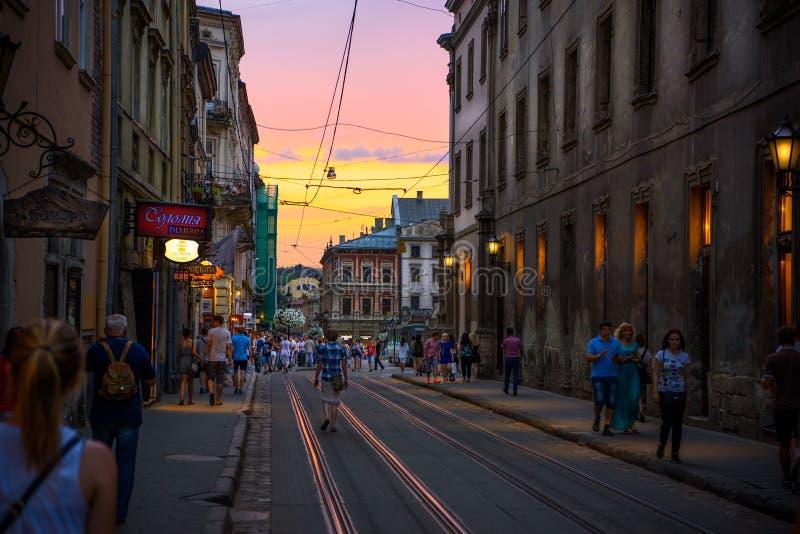 Coucher du soleil renversant à Lviv photos libres de droits