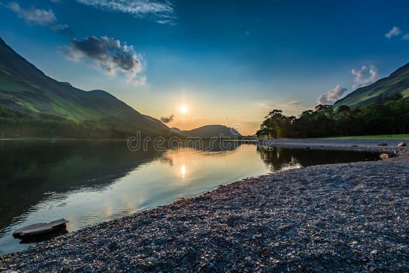 Coucher du soleil renversant au lac dans le lac district en été, Angleterre photographie stock