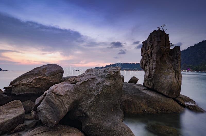 coucher du soleil renversant avec la couleur magique de ciel, formation de roche unique photographie stock libre de droits