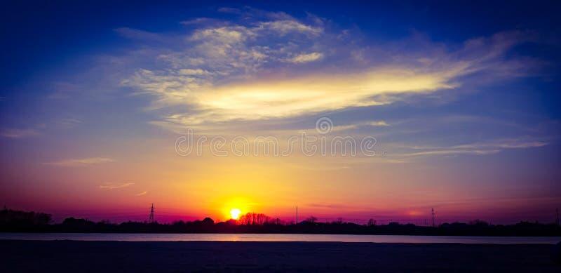 Coucher du soleil renversant lumineux sur la rivière de Kuban ! images libres de droits