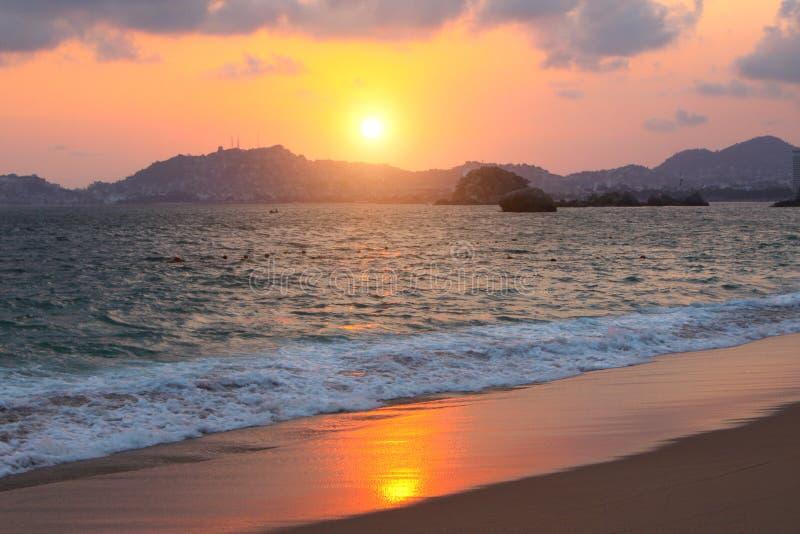 Coucher du soleil, ressacs et plage, Acapulco, Mexique photo stock