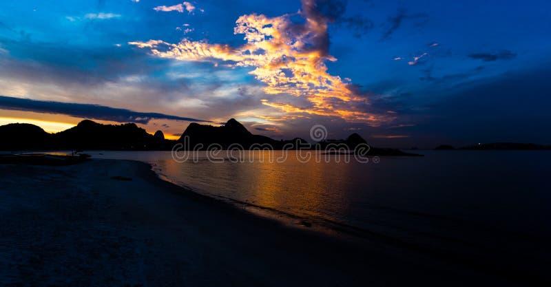COUCHER DU SOLEIL, RIO DE JANEIRO, BAIE DE GUANABARA photos stock