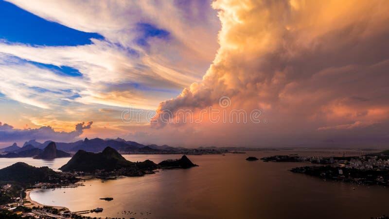 COUCHER DU SOLEIL, RIO DE JANEIRO, BAIE DE GUANABARA photos libres de droits