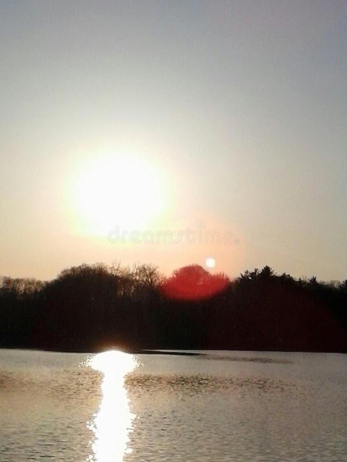 Coucher du soleil rocheux de lac images stock