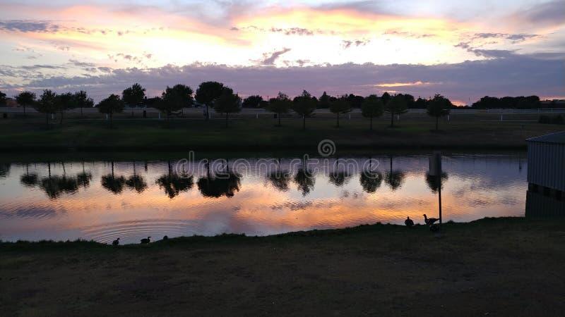 Coucher du soleil rocheux de lac photo libre de droits