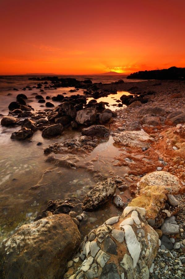 Coucher du soleil rocheux de paysage marin image stock