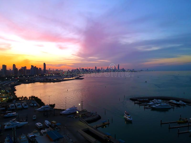 Coucher du soleil romantique de couleurs au-dessus de Salmiya et de bord de la mer de Kuwait City images libres de droits