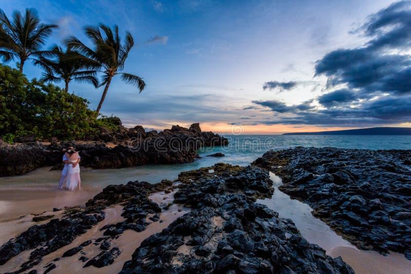 Coucher du soleil romantique de plage d'Hawaï de couples photographie stock