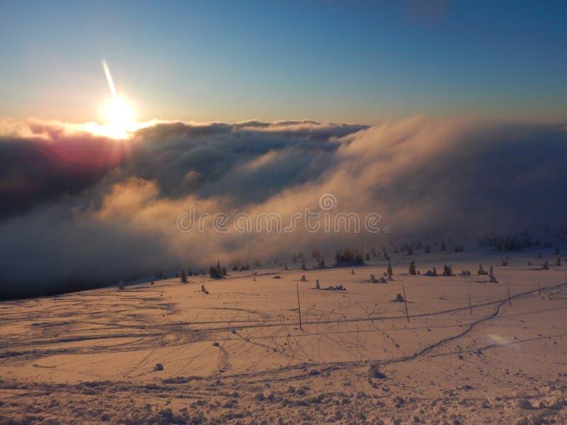 Coucher du soleil romantique en montagnes de Krkonose en Tchèque images stock