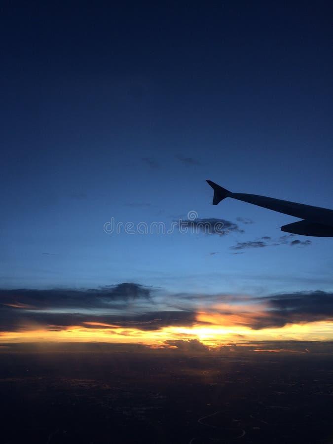 Coucher du soleil romantique sur l'avion images stock
