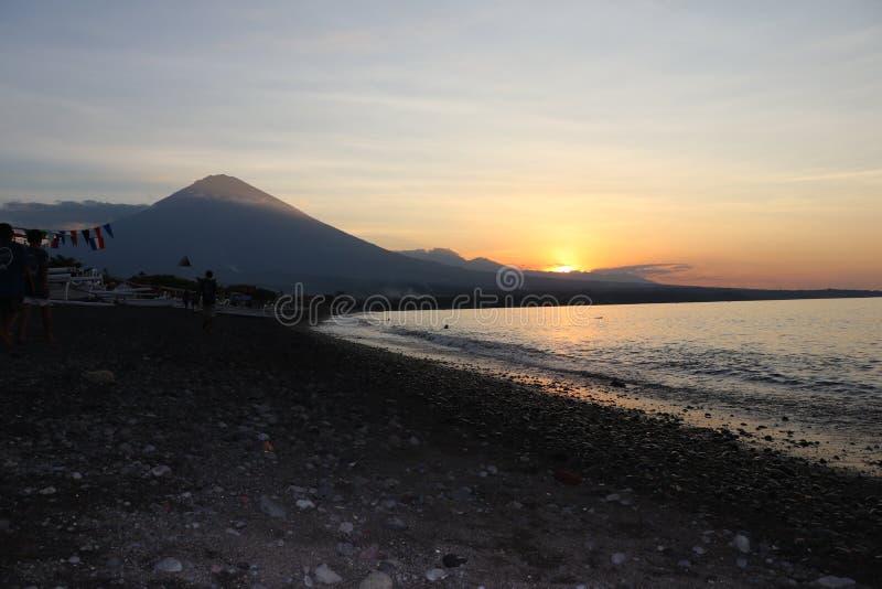 Coucher du soleil romantique sur la côte en Indonésie Le surfer va apprécier le paddleboard au coucher du soleil Panorama de litt image libre de droits