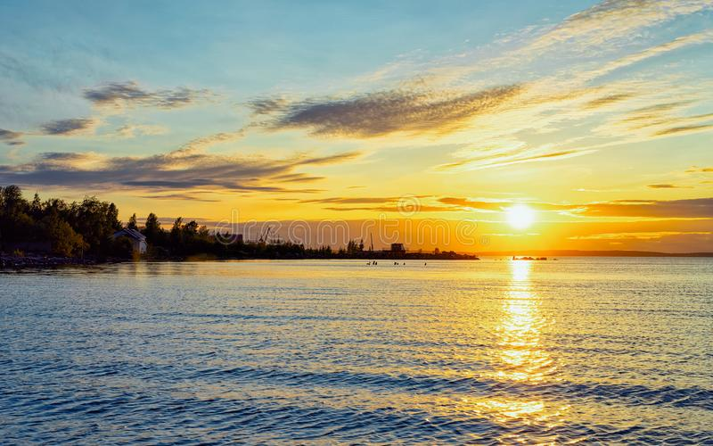 Coucher du soleil romantique sur le lac onega et nature de la Carélie, Kizhi, Russie image libre de droits