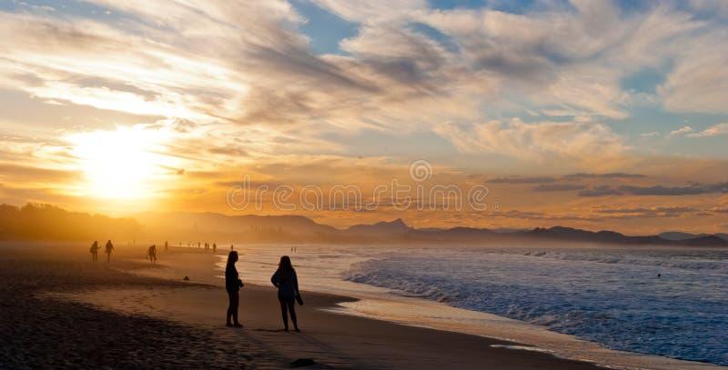 Coucher du soleil romantique sur une plage photo libre de droits