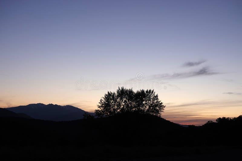 Coucher du soleil rose aux montagnes des Pyrénées de en Le Perthus en France photographie stock