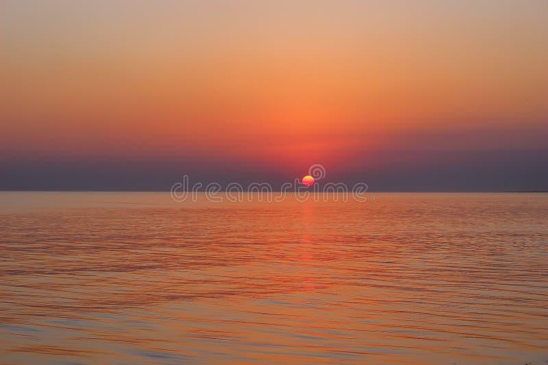 Coucher du soleil rose d'offre en mer photo libre de droits